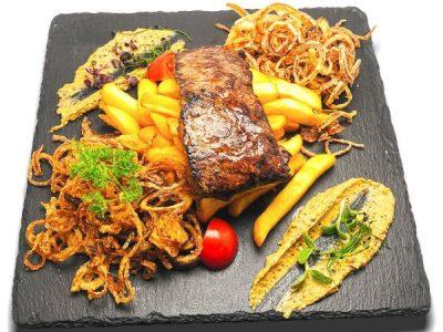 Érlelt hátszín steak sültburgonyával, dijoni szósszal és ropogós hagymakarikákkal