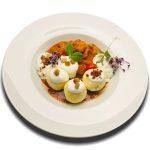 Szürkeharcsa paprikás sós túrógombóccal, házi tejfel habbal és mangalica pörccel